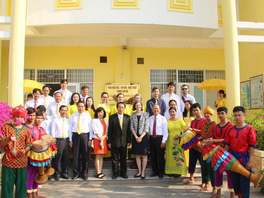 Đại sứ đặc mệnh toàn quyền Canada tại Việt Nam thăm và làm việc tại ĐH Trà Vinh