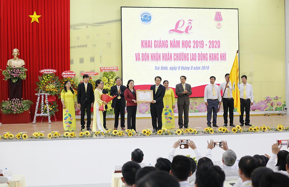 Đảng ủy, Ban Giám hiệu đón nhận Huân chương hạng nhì